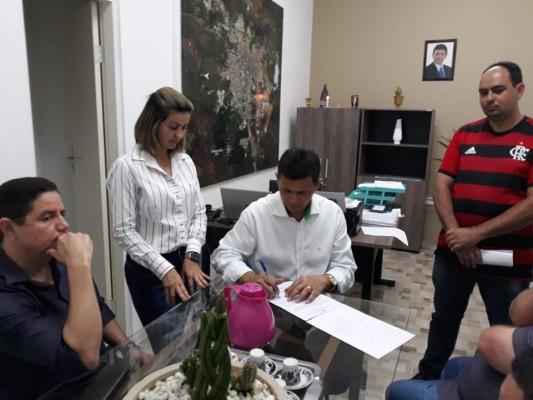 VALMIR DE FRANCISQUINHO ASSINA ORDENS DE SERVIÇO PARA PAVIMENTAÇÃO DE MAIS DE 30 RUAS DE ITABAIANA