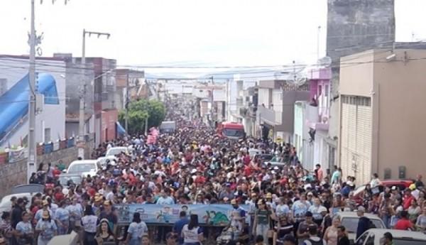 É TRADIÇÃO: CARREATA MIRIM REÚNE MILHARES DE CRIANÇAS PELAS RUAS DE ITABAIANA