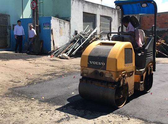 ENTORNO DO MERCADÃO RECEBE OPERAÇÃO TAPA-BURACO