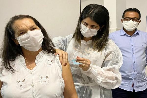 Técnica em enfermagem é a primeira itabaianense a ser vacinada contra o Coronavírus