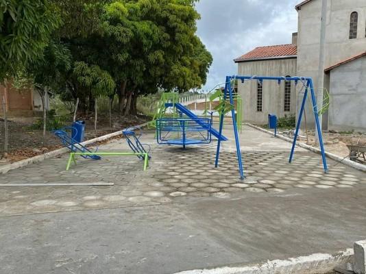 SECRETARIA DE OBRAS INSTALA BRINQUEDOS E EQUIPAMENTOS EM PRAÇA DO POVOADO RIO DAS PEDRAS